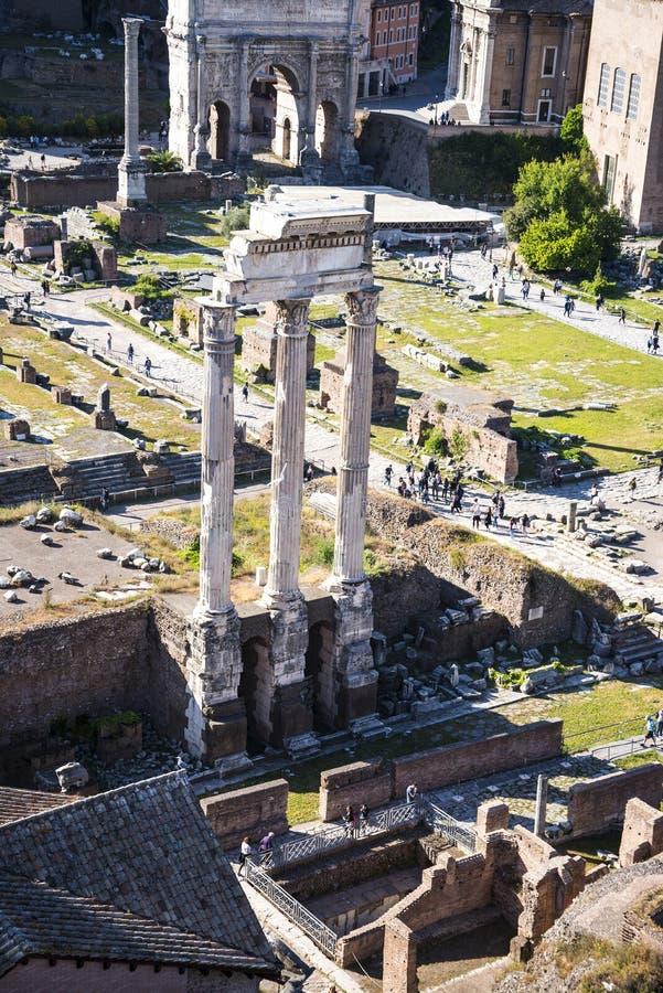 Vista geral do fórum antigo em Roma Itália imagens de stock