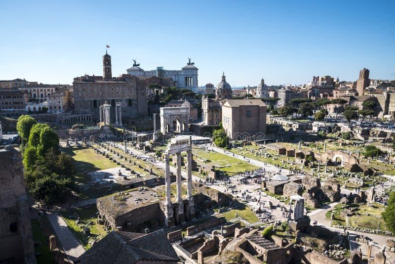 Vista geral do fórum antigo em Roma Itália fotos de stock royalty free