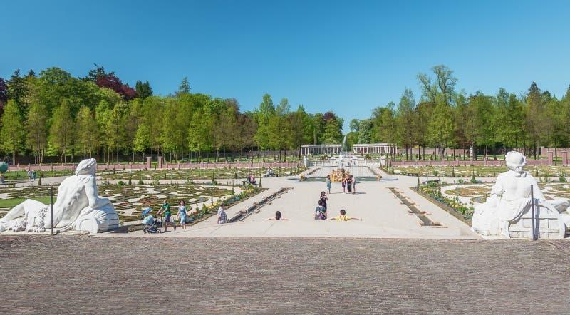 Vista geral do jardim barroco holandês de Loo Palace fotos de stock