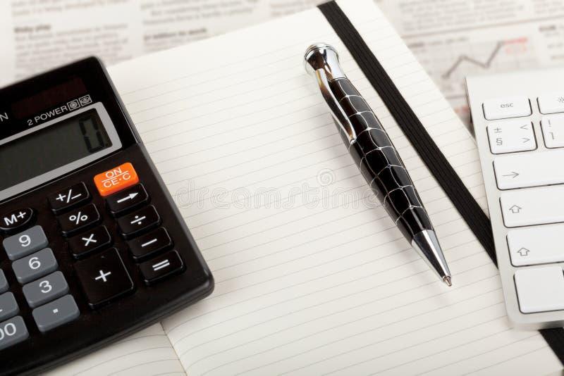 Vista geral do jornal de negócio com teclado e calculadora. fotos de stock