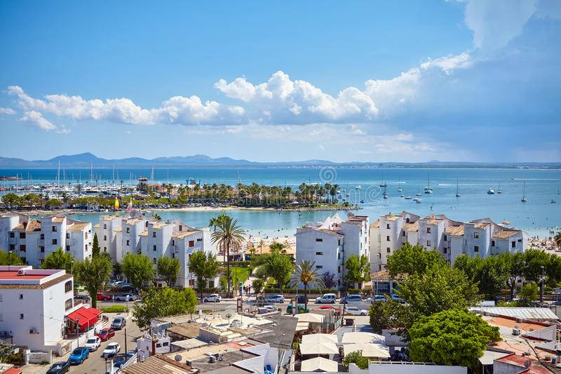 Vista geral do porto de Alcudia, Mallorca imagens de stock