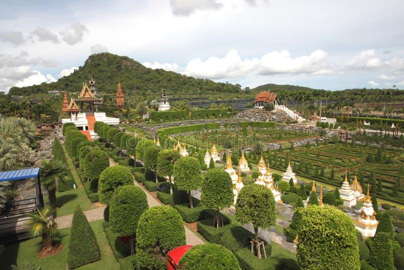 A vista geral francesa do jardim no jardim botânico tropical de Nong Nooch perto da cidade de Pattaya em Tailândia imagem de stock royalty free