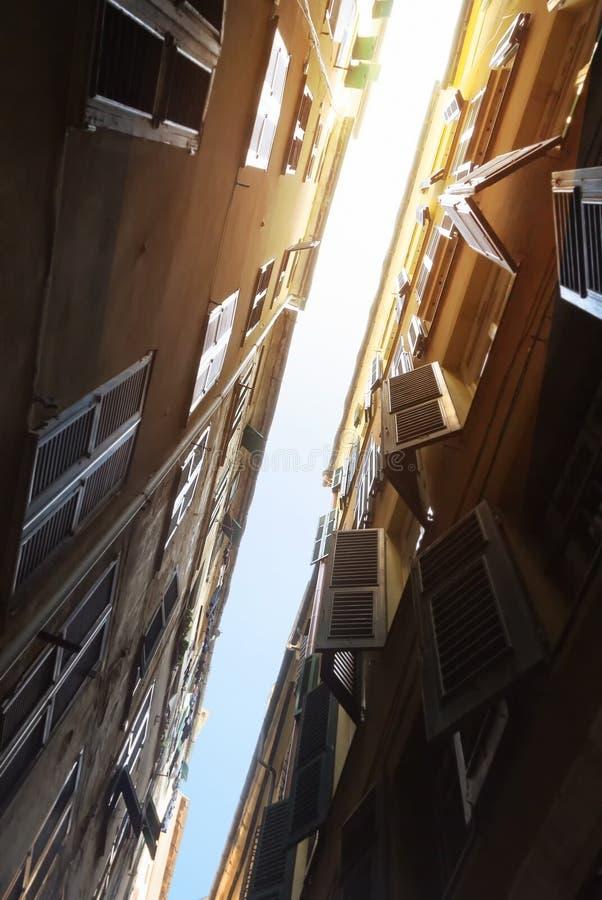 Vista giù superiore sulla via italiana stretta a Genova fotografia stock libera da diritti