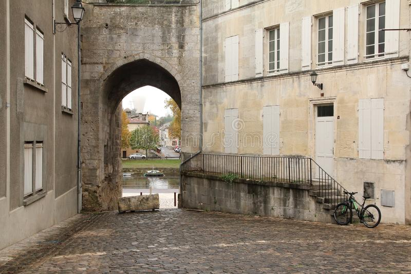 Vista giù un vecchio vicolo tipico in cognac Francia immagini stock libere da diritti