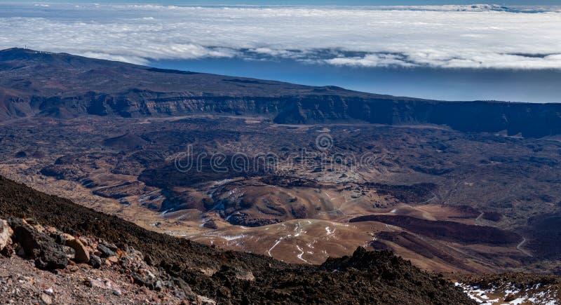 Vista gigapan enorme del instituto de Tenerife de la astrofísica y del cráter sobre las nubes imágenes de archivo libres de regalías