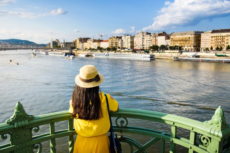 Vista godente femminile di Budapest dal ponte immagini stock