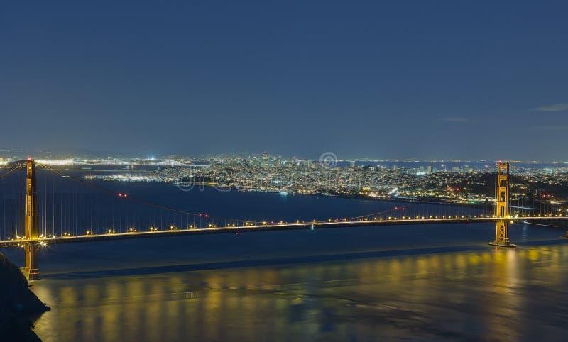 Vista golden gate bridge e San Francisco di notte fotografia stock libera da diritti