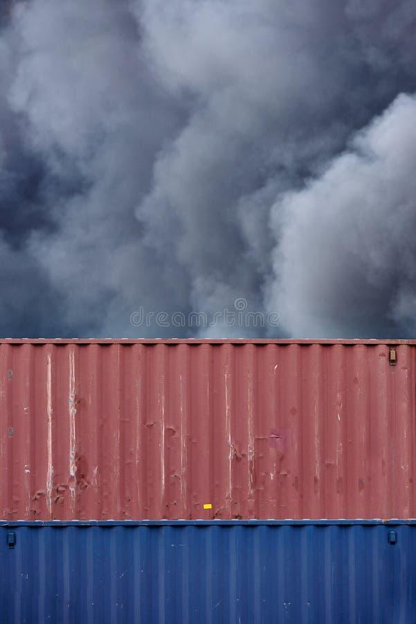 Vista gráfica abstracta de los contenedores con columnas de humo tóxico de un fuego industrial foto de archivo