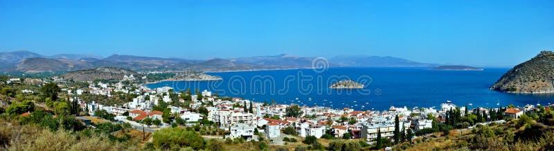 vista Grécia-panorâmico da cidade Tolo e da ilha Koronisi imagens de stock