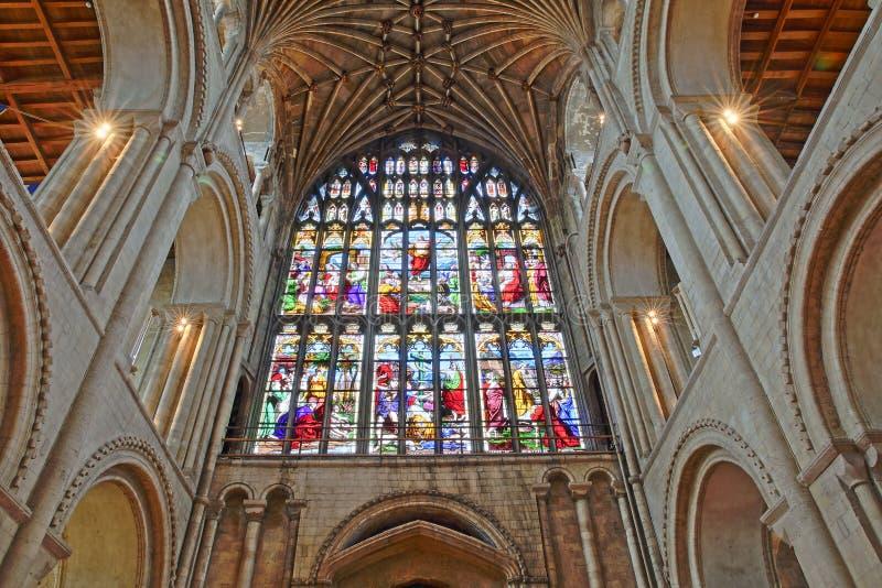 Vista granangular de la entrada dentro de la catedral con el vitral, las columnas y el tejado saltado imagen de archivo libre de regalías