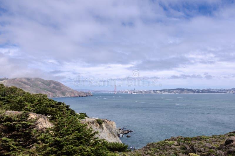 Vista granangular de puente Golden Gate en San Francisco según lo visto de Marin Headlands foto de archivo libre de regalías