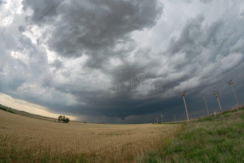 Vista granangular de un supercell tornadic sobre los llanos de Oklahoma del noroeste imagenes de archivo