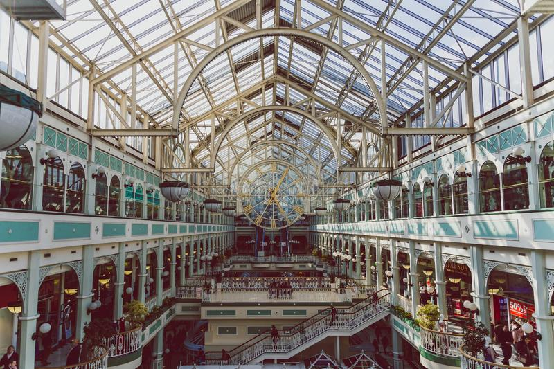 Vista granangular del interior del centavo de las compras del verde del ` s de Stephen fotos de archivo