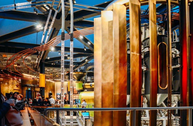 Vista granangular del interior de la tienda del concepto de Starbucks en Milán, Italia conocida como la Milano Roastery foto de archivo