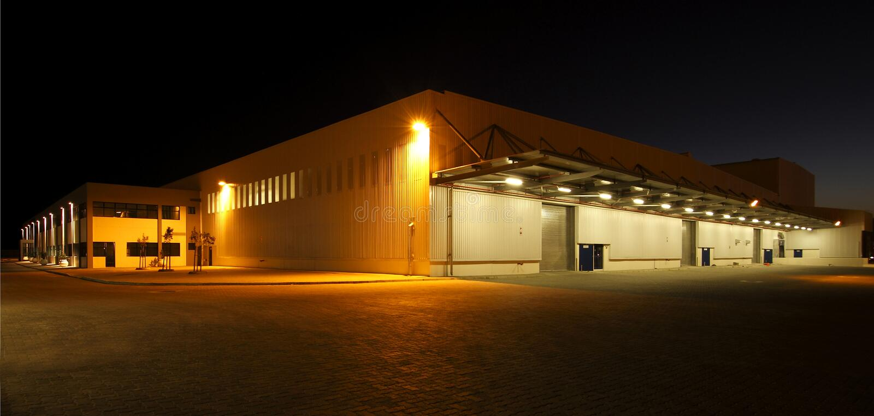 Vista granangular externa del almacén moderno en la noche fotografía de archivo