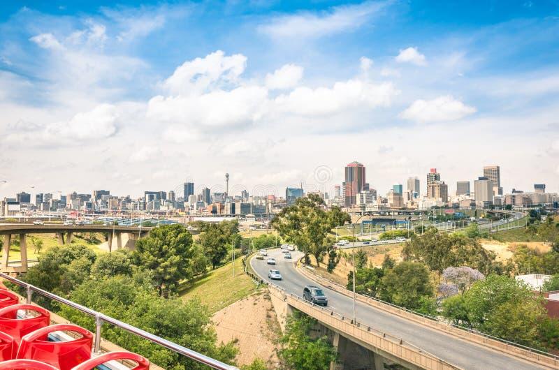 Vista grandangolare dell'orizzonte di Johannesburg dalle strade principali fotografie stock
