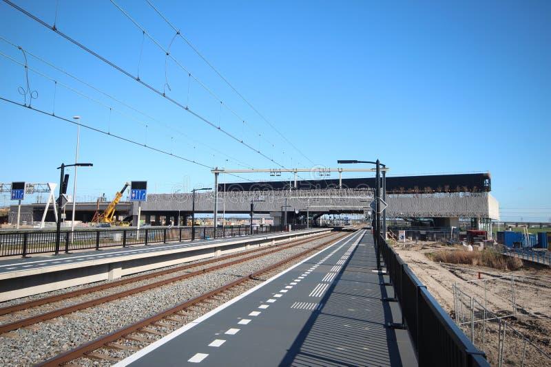 Vista grandangolare della stazione ferroviaria nuovissima Lansingerland-Zoetermeer nei Paesi Bassi fotografia stock
