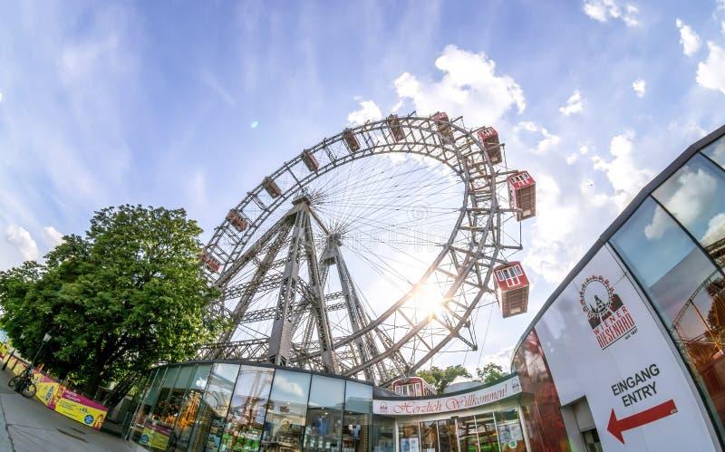 Vista grandangolare di grande ruota di ferris Riesenrad in parco di divertimenti e della sezione della salciccia Prater a Vienna fotografia stock libera da diritti