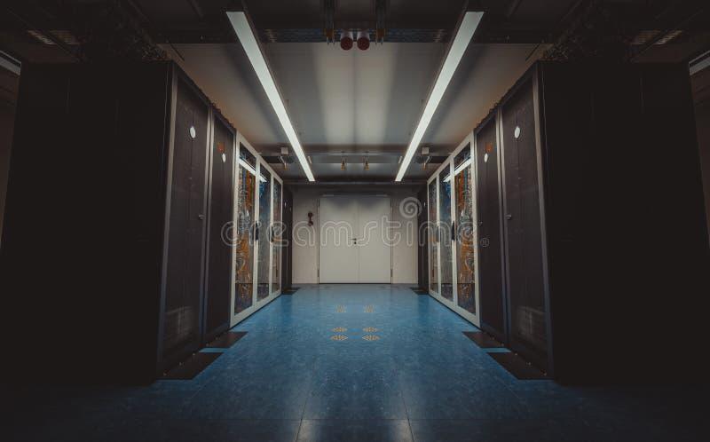 Vista grandangolare di una stanza moderna del server immagine stock