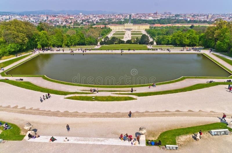 Vista grandangolare eccellente di paesaggio urbano di Vienna da Gloriette al palazzo di Schoenbrunn fotografia stock libera da diritti