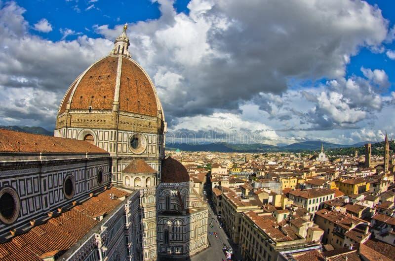 Vista grandangolare su una cupola della cattedrale di Santa Maria del Fiore a Firenze immagine stock libera da diritti