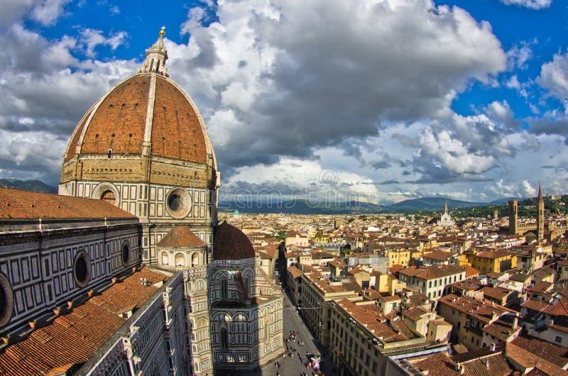 Vista grandangolare su una cupola della cattedrale di Santa Maria del Fiore a Firenze immagine stock