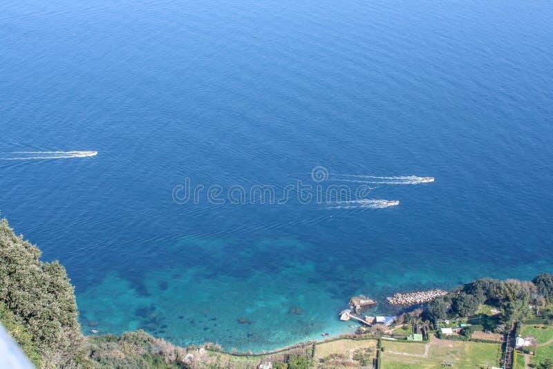 Vista grande sobre o mar de Capri fotos de stock
