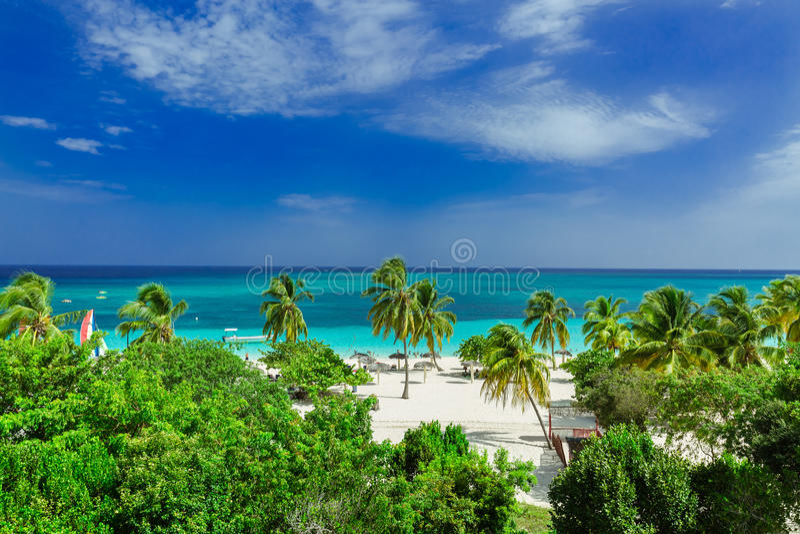 Vista hermosa, asombrosa de la playa de invitación tropical de la provincia de Holguin y océano azul tranquilo de la turquesa fotos de archivo