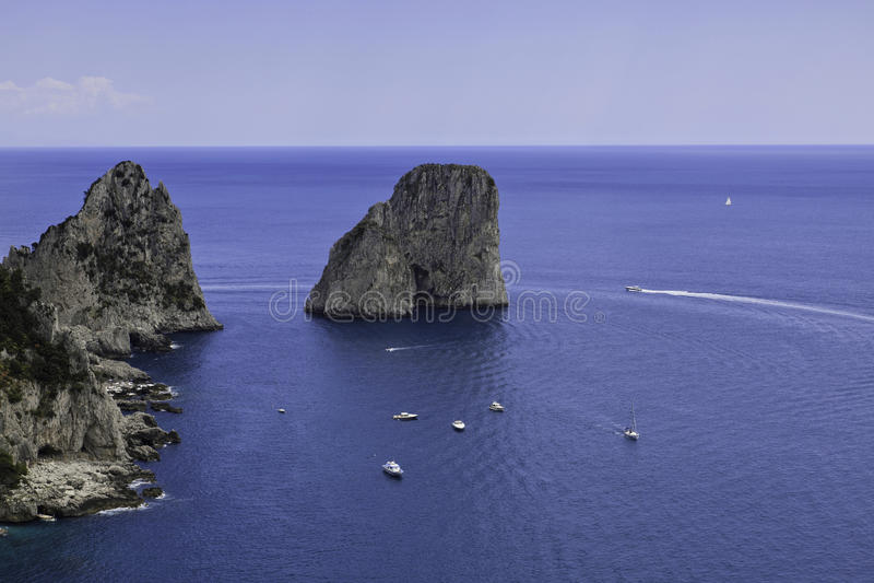 Vista hermosa de Faraglioni en Capri imágenes de archivo libres de regalías