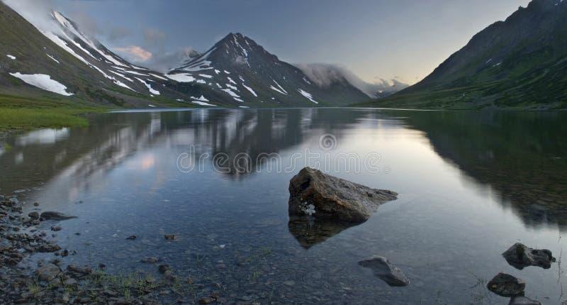 Vista hermosa de las montañas de Ural imagenes de archivo