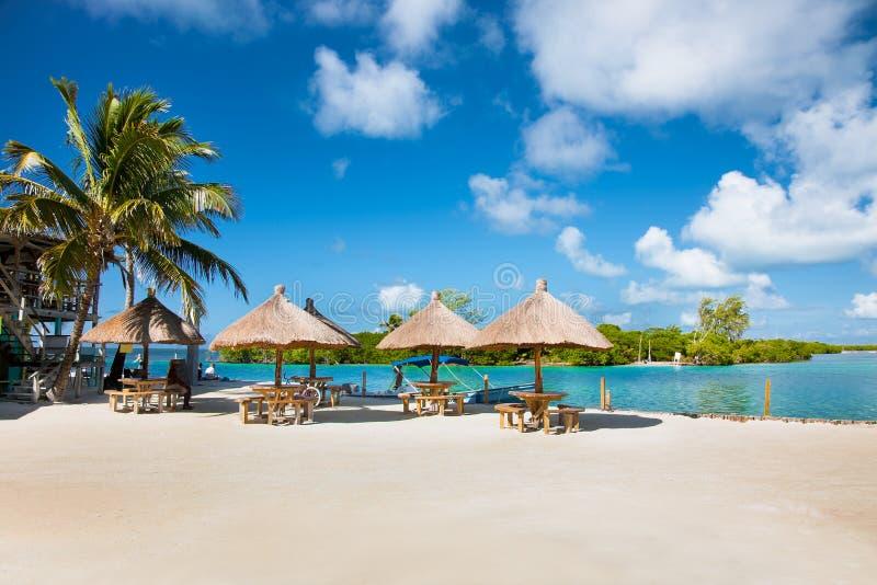Vista hermosa del Caribe con agua de la turquesa en el calafate de Caye, foto de archivo libre de regalías