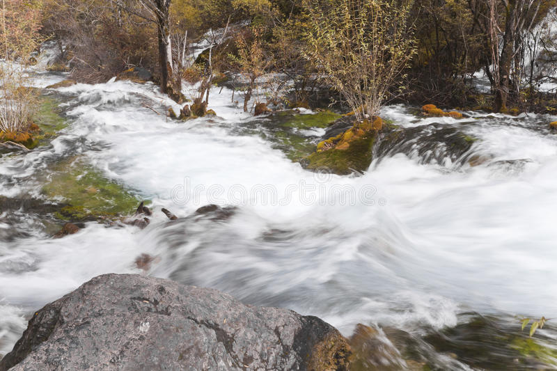 Vista hermosa del torrente en el jiuzhaigou imagenes de archivo