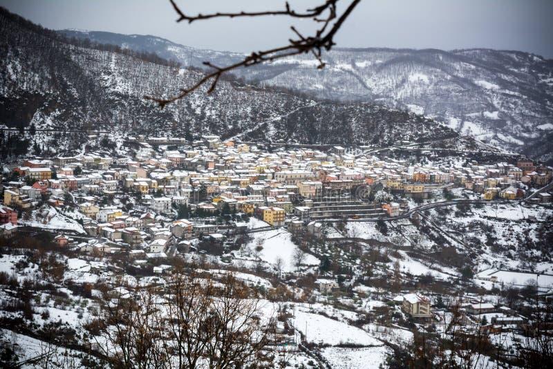 Vista horizontal da cidade de Terranova di Pollino no inverno, coberta com a neve fotografia de stock