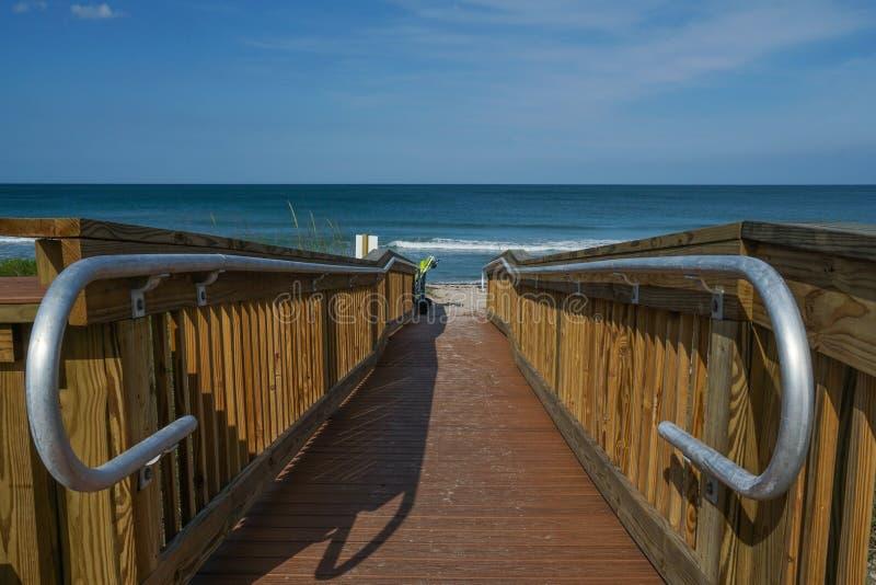 Vista horizontal de un camino de madera vacío a la playa imágenes de archivo libres de regalías