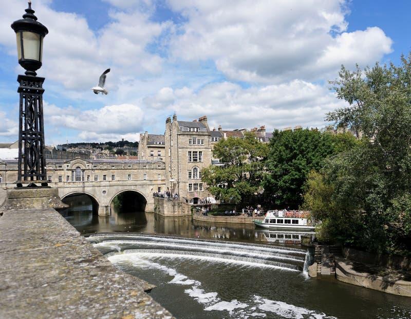 Vista icónica del puente y del vertedero de Pulteney en el baño Inglaterra foto de archivo