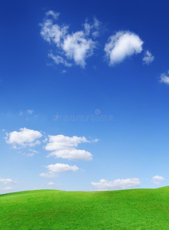 Vista idílico, montes verdes e céu azul com nuvens brancas imagem de stock royalty free