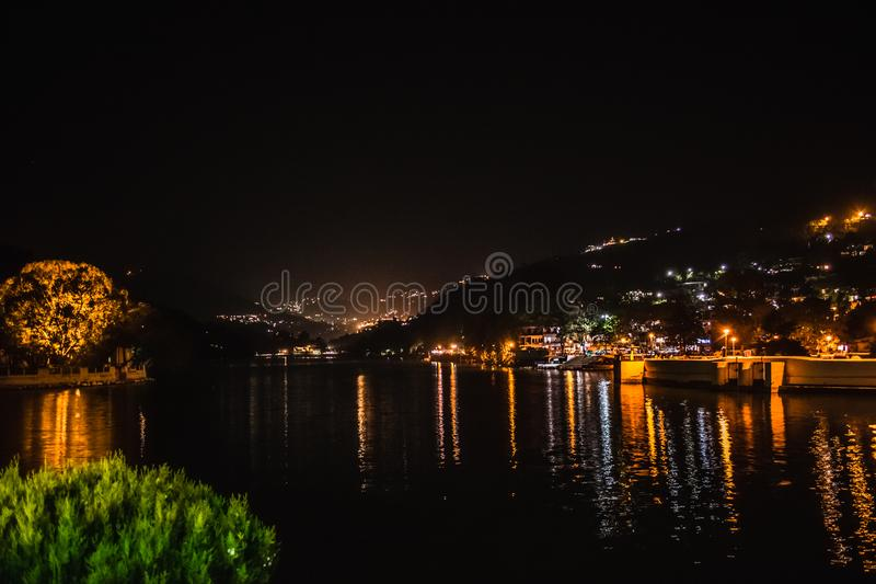 Vista iluminada do lago e do Bhimtal imagem de stock