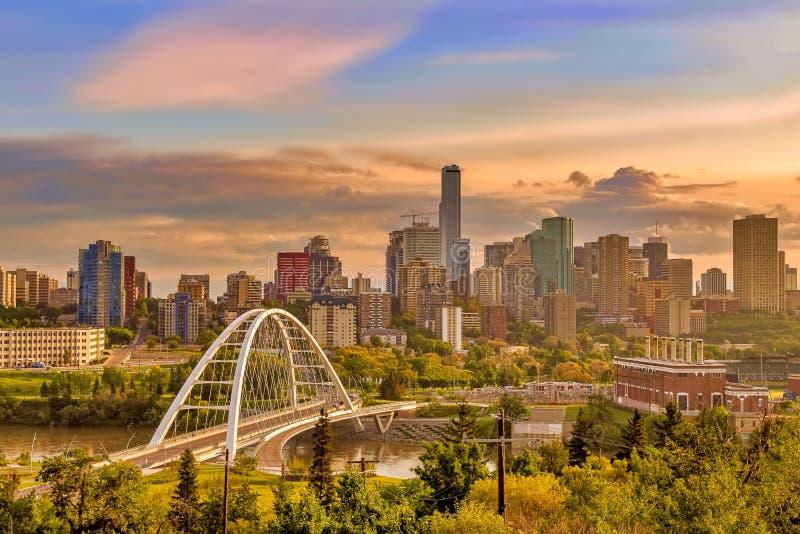 Vista iluminada por el sol de Edmonton céntrica fotografía de archivo libre de regalías
