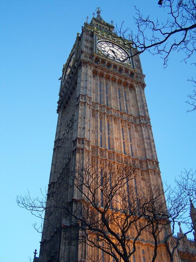 Vista imponente de Big Ben, Londres, de la perspectiva de la rana imagen de archivo libre de regalías