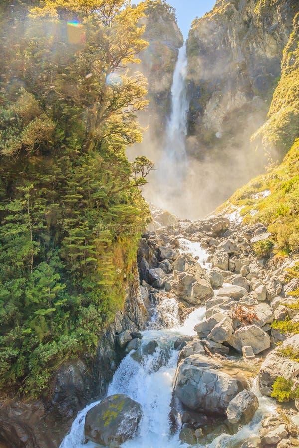 Vista imponente de la cascada de Punchbowl de los diablos, una de las atracciones más preferidas en el viaje por carretera del pa imagen de archivo