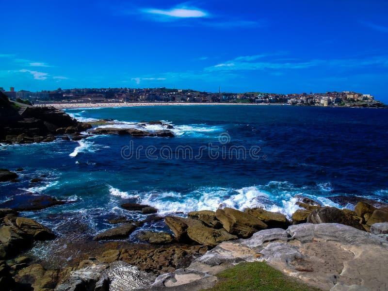 Vista imponente de la playa hermosa de Bondi, Australia fotos de archivo