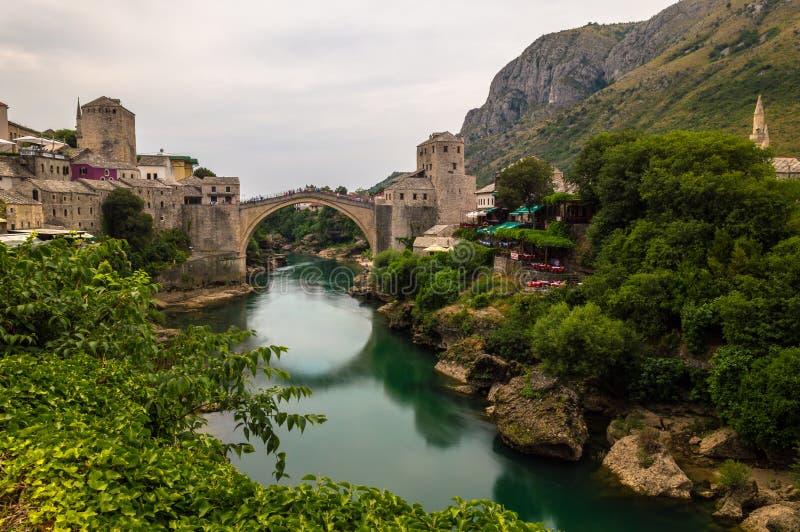 Vista imponente del puente viejo hermoso en Mostar, Bosnia y Herzegovina fotografía de archivo