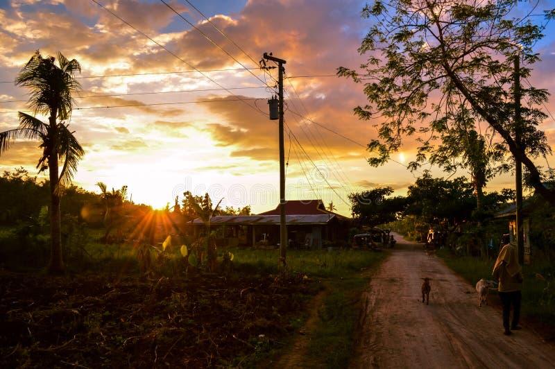 Vista imponente del sol que fija durante vida rural en la isla de Cebú, Filipinas fotos de archivo