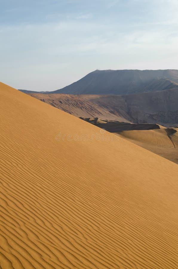 Vista imponente a las dunas y a las montañas de arena foto de archivo