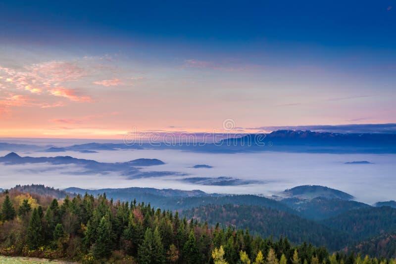 Vista imponente a Tatras en la salida del sol con las nubes en otoño foto de archivo libre de regalías