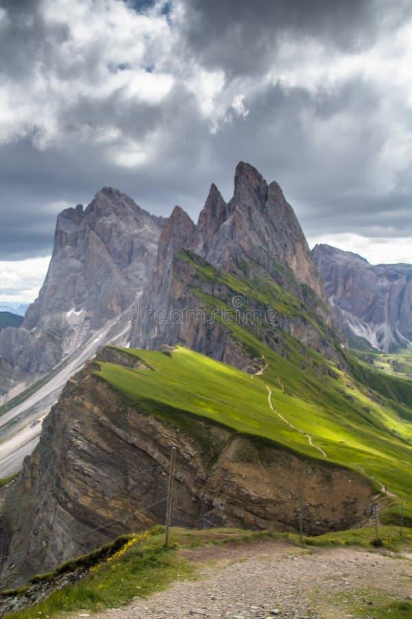 Vista impresionante del pico del soporte de Seceda los 2,500m con el macizo de Puez Odle en dolomías imagen de archivo