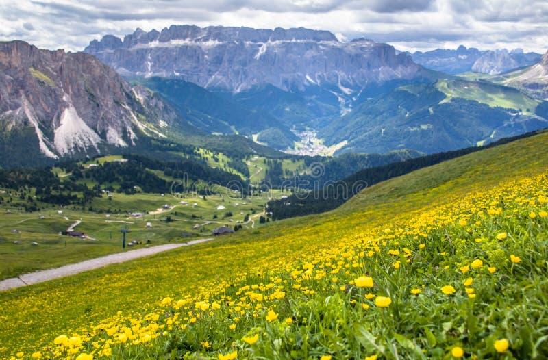 Vista impresionante del pico del soporte de Seceda los 2,500m con el macizo de Puez Odle en dolomías imagenes de archivo