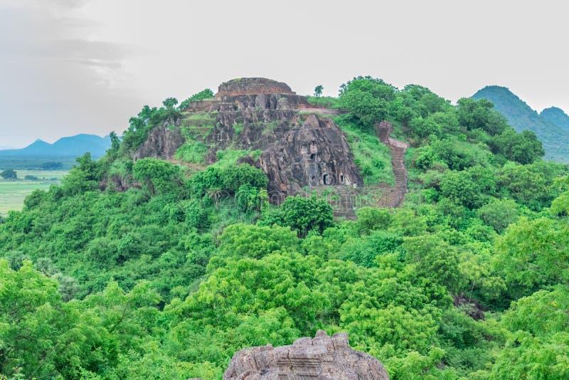 Vista impresionante del templo del budhha situada en la parte superior de las colinas del visakhapatnam fotos de archivo