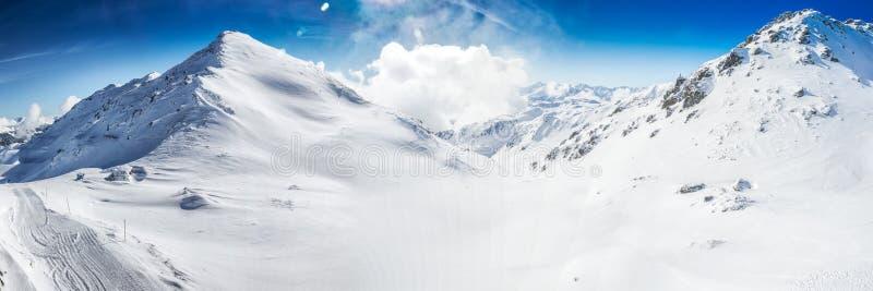 Vista impressionante aos cumes de Tyrolian cobertos pela neve fresca, Zillertal, Áustria imagem de stock