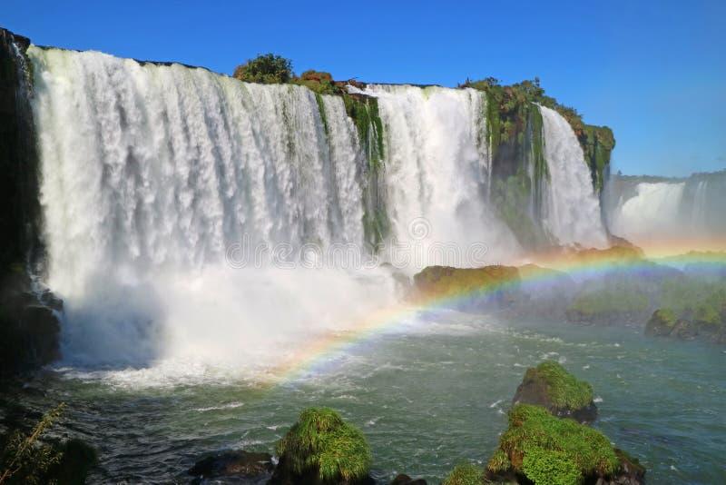 A vista impressionante da Foz de Iguaçu poderosa com arco-íris bonito, Foz faz Iguacu, Brasil imagem de stock royalty free